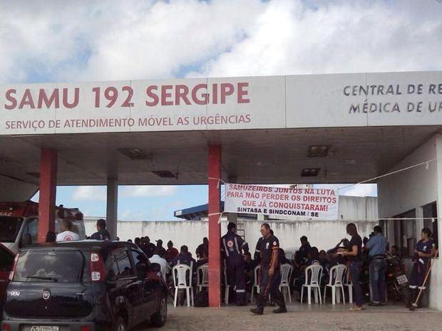 Funcionários suspenderam as atividades parcialmente nesta sexta-feira  (Foto: Tássio Andrade/G1)