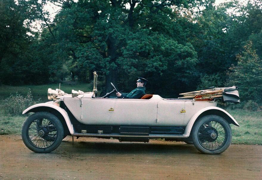 Homem dirige um automóvel da marca Lanchester em 1913 (Foto: Reprodução)