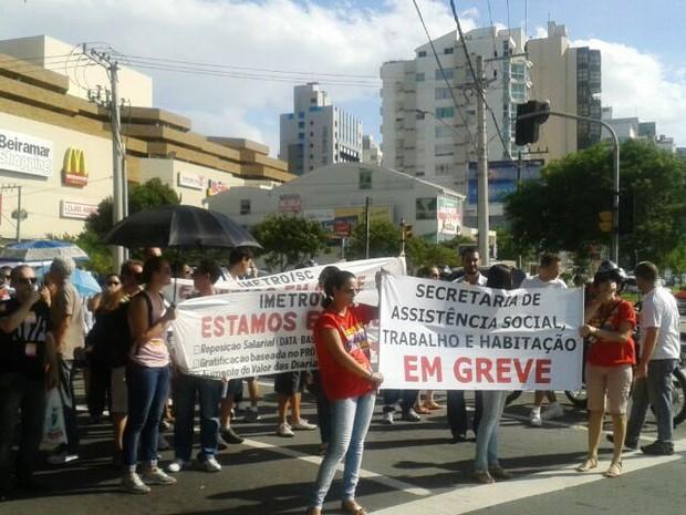 Servidores públicos estaduais fazem passeata em Florianópolis  (Foto: Fernanda Burigo/G1)