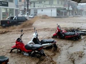 Ruas ficaram alagadas e lama tomou conta de parte do centro da cidade (Foto: Blog Marcos Frahm)