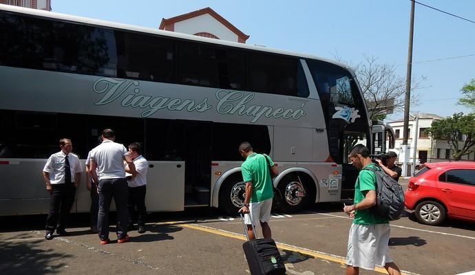 Chapecoense ônibus ao Paraguai (Foto: Laion Espíndula)