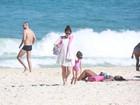 Giovanna Antonelli curte praia com as filhas no Rio