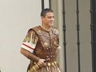 George Clooney abandona fios grisalhos para filme