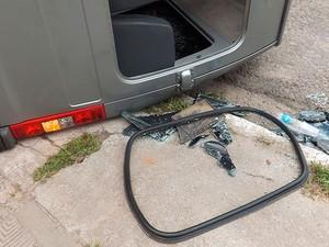 Van capotou após colisão com caminhão em Feira de Santana (Foto: Andrea Trindade/Acorda Cidade)