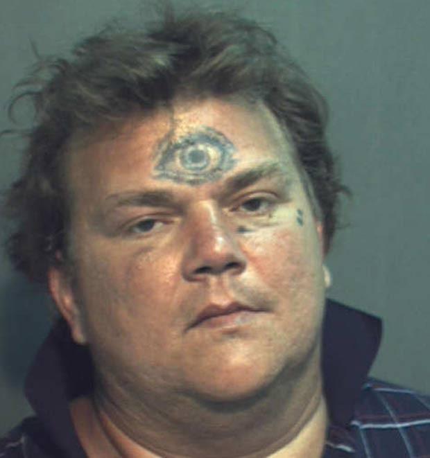 Em 2012, o americano Ronald Morris Walsh foi preso em Orlando, no estado da Flórida (EUA), após forçar um homem com deficiência a engolir um cigarro. Mas o que chamou atenção da polícia ao prender o suspeito do ataque foi uma tatuagem de 'olho gigante' que Walsh ostentava na testa (Foto: Divulgação)
