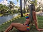 Denise Rocha impressiona com barriga saradíssima de biquíni