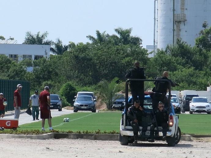 Polícia fortemente armada durante treino no CT do Fluminense (Foto: Edgard Maciel de Sá/GloboEsporte.com)