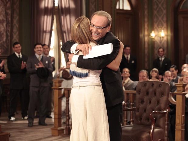 Maitê Proença abraça o amigo José Wilker e ex-marido na trama (Foto: Gabriela/TV Globo)