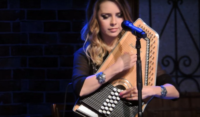 """Sandy toca auto-harpa na introdução de """"Pés Cansados"""" durante o show """"Meu Canto"""" (Foto: Reprodução Internet)"""