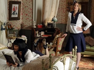 No início, Gerusa repreende a leitura da amiga (Foto: Gabriela / TV Globo)