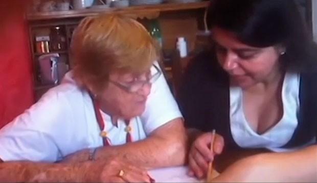 Tetê Brandolim em 2013, aos 82 anos, durante aulas com a alfabetizadora Jany Dilourdes Nascimento (Foto: Arquivo pessoal/Jany Dilourdes Nascimento)