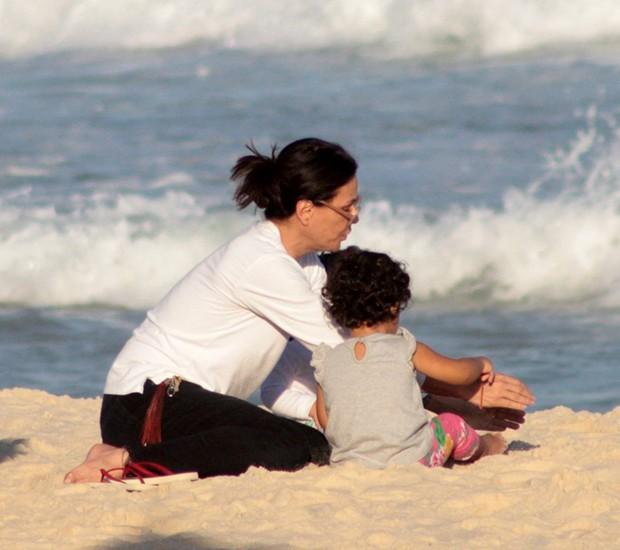 Carolina Ferraz com a filha, Isabel (Foto: Agnews)