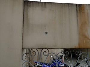 Pelotão da PM de Conde é atingido com três tiros, segundo testemunha; imagem mostra um deles (Foto: Arquivo Pessoal)