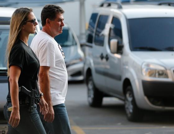 O deputado estadual Paulo Melo se entrega à Polícia Federal após ter prisão decretada pelo TRF (Foto: Fernando Frazão/Agência Brasil)