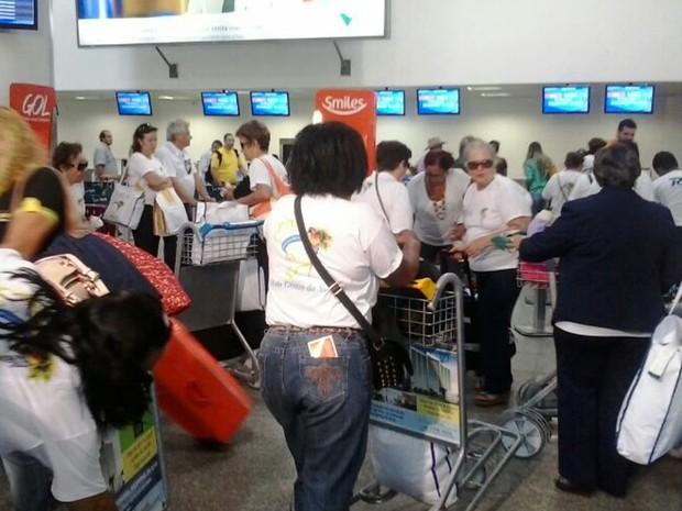 Passageiros tiveram que ficar esperando para serem alocados em novos vôos (Foto: Mieko Wada/G1)