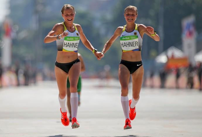 GALERIA - Alemães Lisa Hahner e Anna Hahner comemoram a chegada de mãs dadas (Foto: REUTERS/Sergio Moraes)