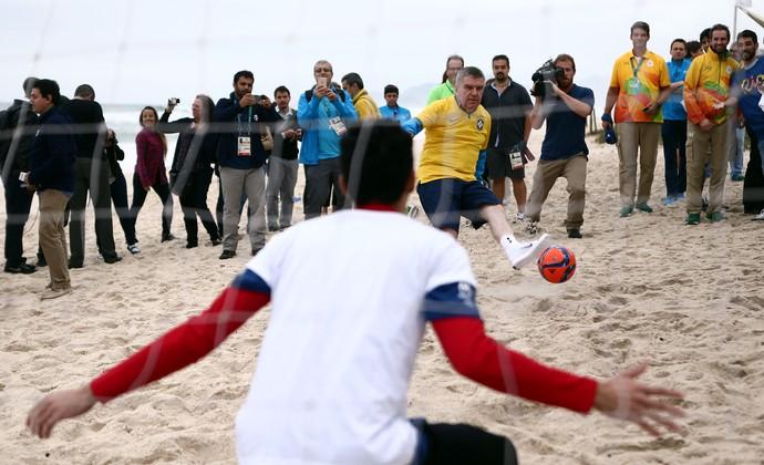 Presidente do COI visita pira olímpica na zona portuária do Rio