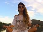 Paula Fernandes medita usando look transparente