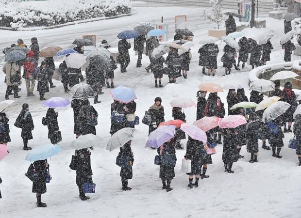 Estudantes fazem fila em terminal para esperar ônibus (Foto: AFP)