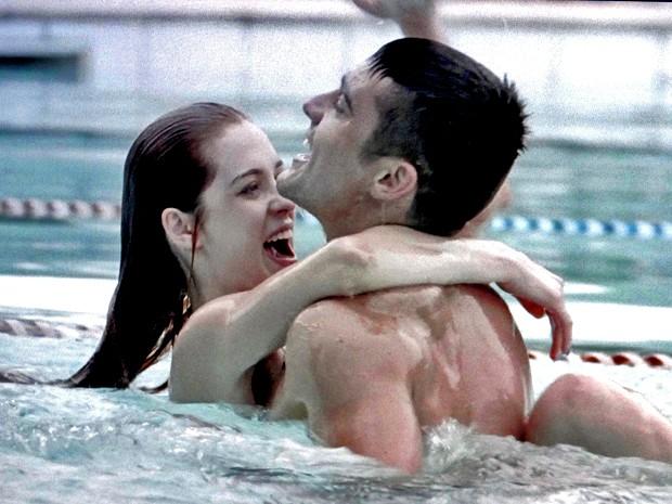 Gustavo vai atrás de Gaby na piscina (Foto: TV Globo)