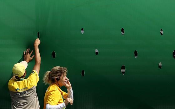 Voluntários da Rio 2016 trabalham no segundo dia de competições (Foto: Cameron Spencer/Getty Images)