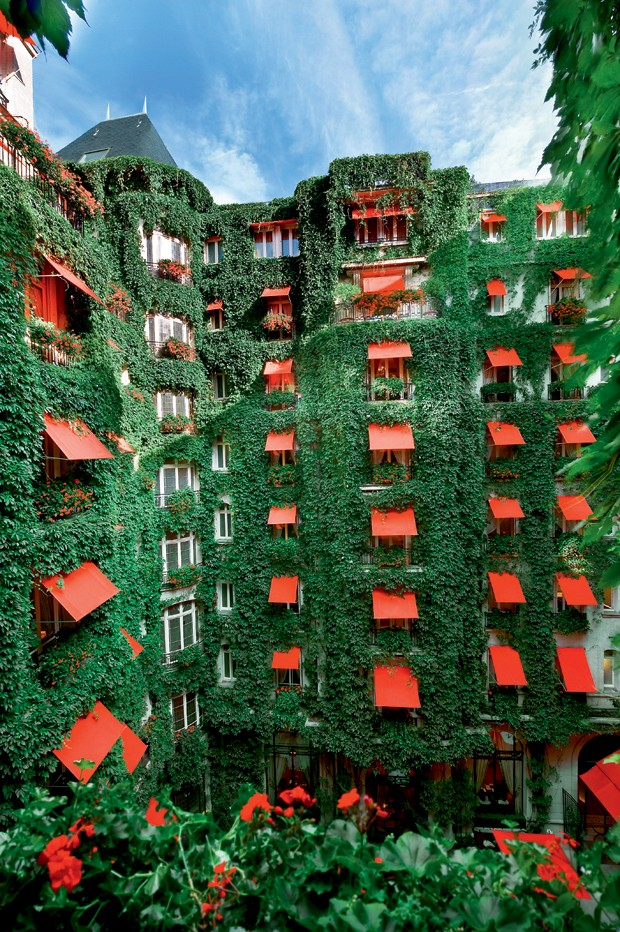 O novo d cor do plaza ath n e em paris casa vogue hot is - La cour jardin plaza athenee ...
