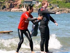 Surfe vem sendo usado como terapia na Inglaterra (Foto: Discovery Surf School/Divulgação)