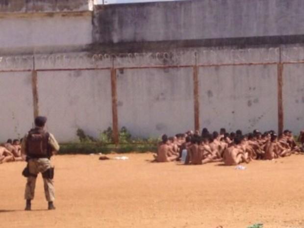 Presos passaram por revista após motim na Penitenciária Agrícola Mário Negócio (Foto: Divulgação/PM-RN)