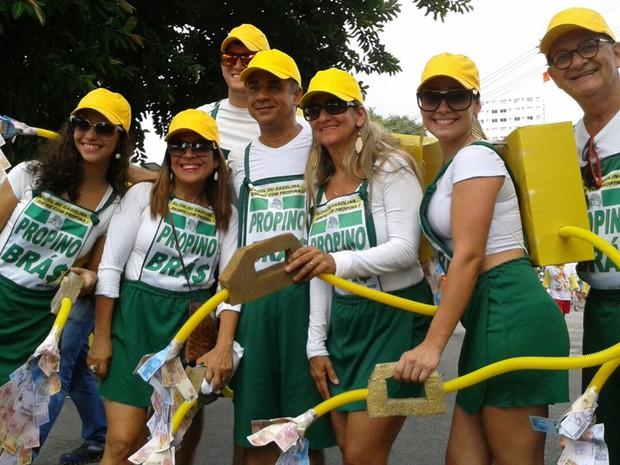 """A fotógrafa Michelly Pessoa entrou na onda da crítica. """"A família do meu namorado sempre se reúne em um grupo de 46 pessoas e se fantasiam de um fato que marcou"""", disse. Eles se inspiraram no escândalo da Petrobras. (Foto: Luna Markman/G1)"""