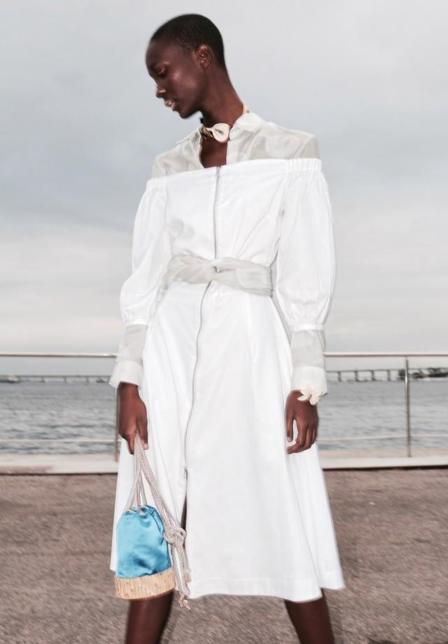 Camisa e pano feito de cinto da Augustana, vestido Wymann, sandália Mocha, bolsa Glorinha Paranaguá e colar e cuff da Nadia Gimenes (Foto: Aderbal Freire)
