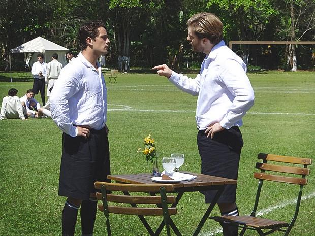 Edgar pressiona Albertinho para que ele procure saber se é mesmo o pai da criança (Foto: Lado a Lado / TV Globo)