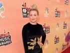 Hilary Duff escolhe vestido curto para premiação musical