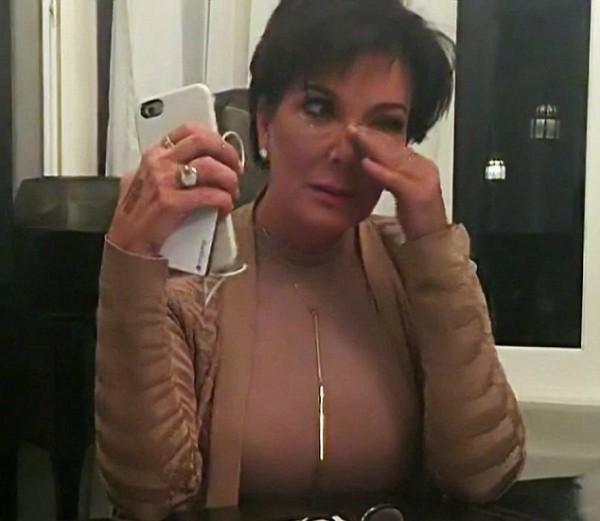 Kris Jenner chorando durante um episódio do reality show de sua família (Foto: Reprodução)