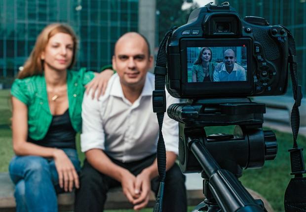 PARCERIA Ana Saad e Geison Luz, em São Paulo. Com problemas de infância parecidos, eles filmam histórias difíceis de vida (Foto: Filipe Redondo/ÉPOCA)