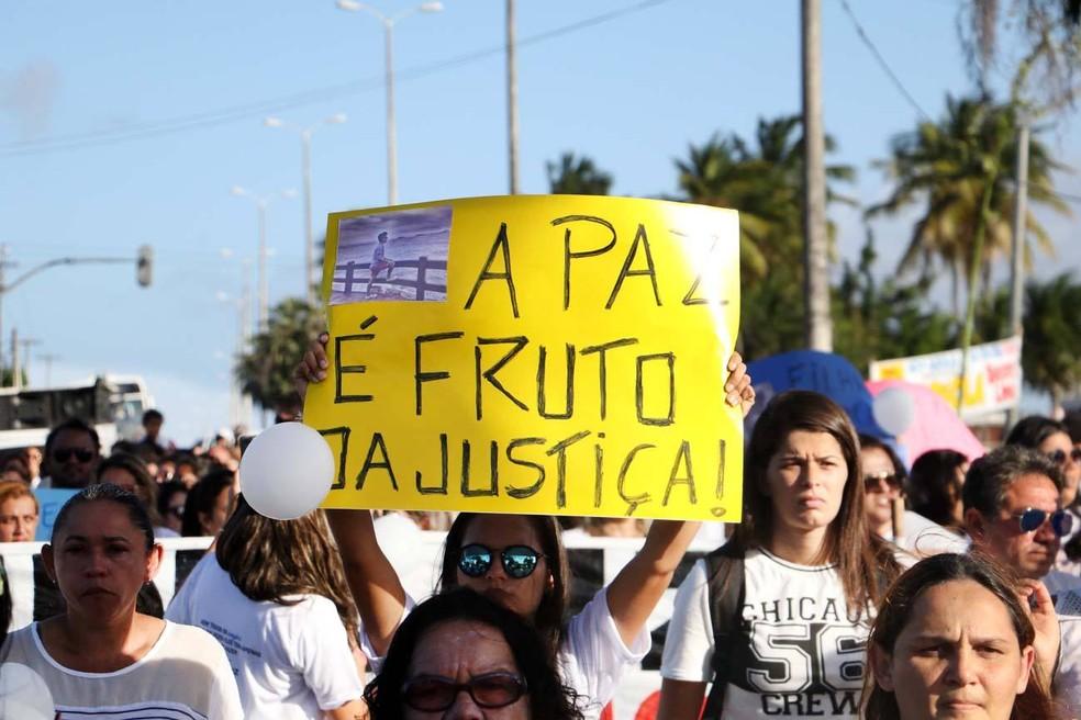 Amigos de Mikaela Ferreira fizeram ato pela paz e cobram investigação sobre autoria do tiro que matou barbeira (Foto: Elias Medeiros)