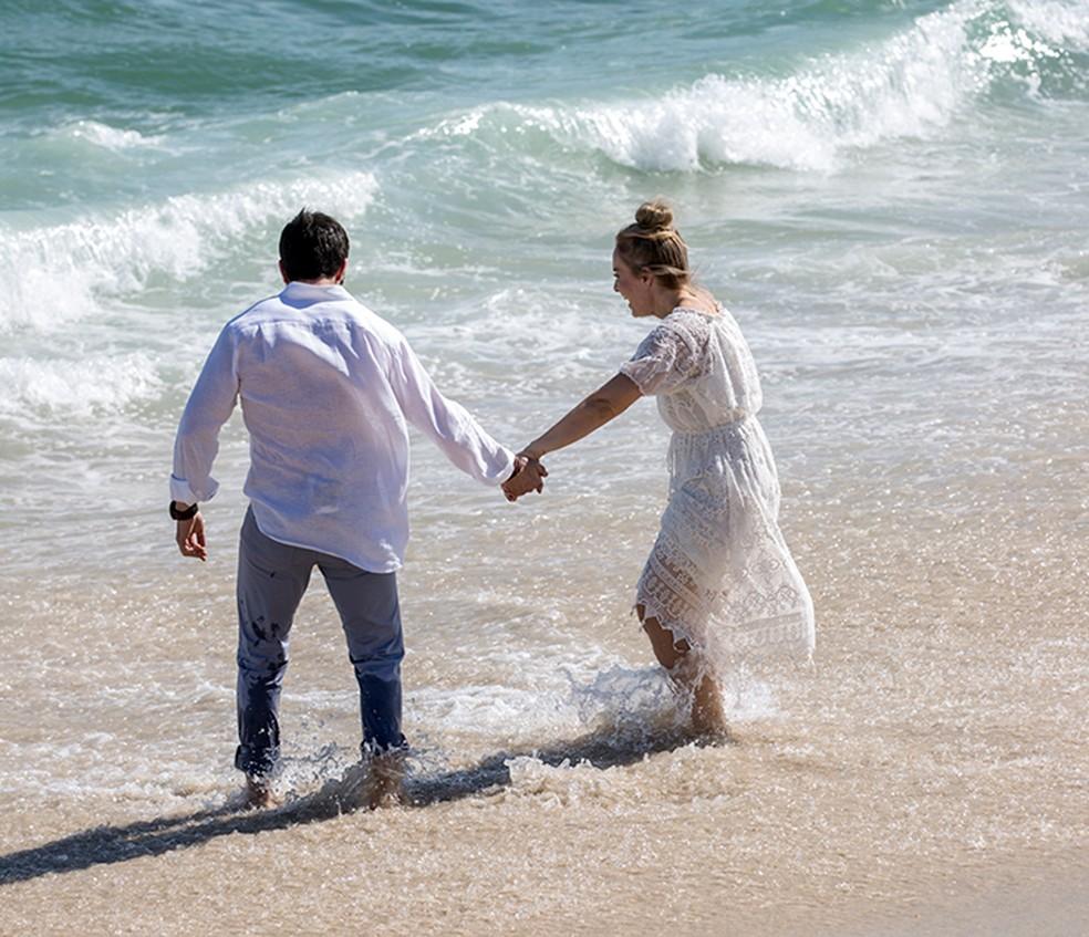 Angélica levou Padre Fábio para molhar os pés no mar (Foto: Ellen Soares/Gshow)