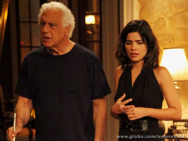 César aparece após ouvir vozes (Foto: Carol Caminha/TV Globo)