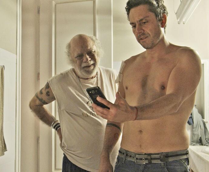 Romero e Ascânio pensam em como irão se livrar do corpo de Dario (Foto: TV Globo)