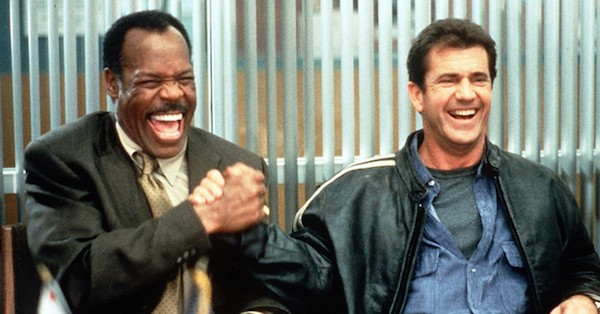 Os atores Danny Glover e Mel Gibson em cena da franquia Máquina Mortífera (Foto: Reprodução)