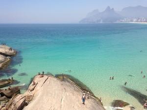 Mar raso e calmo deixou água verde cristalina no Arpoador (Foto: José Raphael Berrêdo / G1)