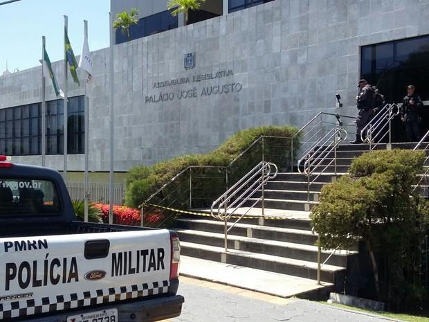 Mandados de busca e apreensão foram cumpridos na procuradoria da Assembleia Legislativa (Foto: Sérgio Henrique Santos/Inter TV Cabugi)