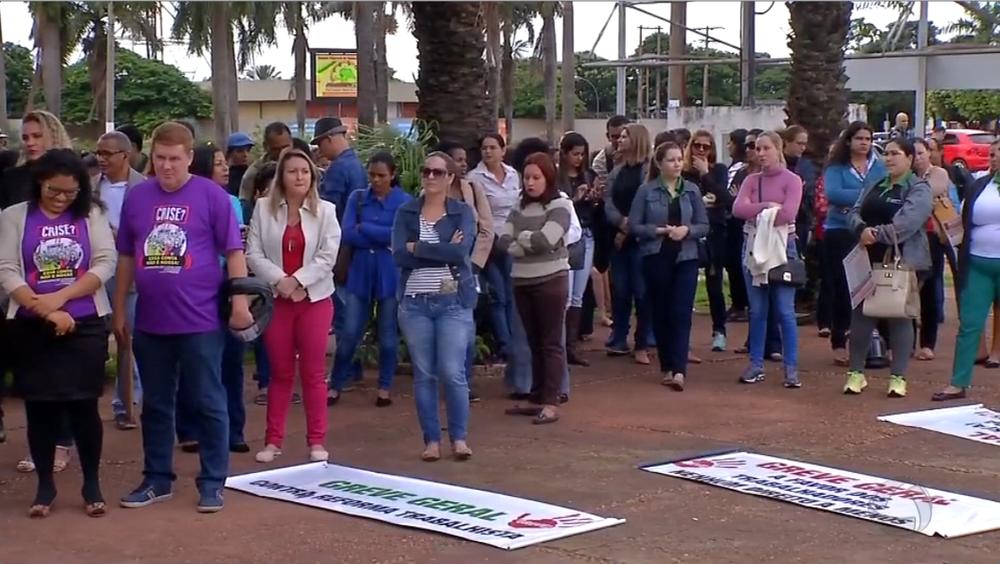 Cerca de 200 pessoas realizaram protesto em Tangará da Serra (Foto: TVCA/Reprodução)