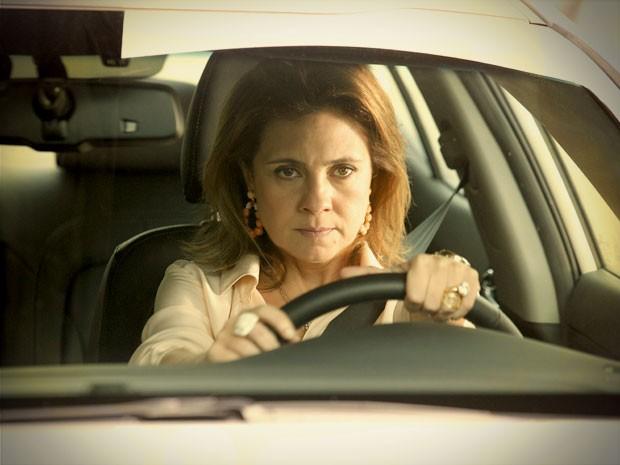 Carminha pega o carro e foge da mansão (Foto: Avenida Brasil / TV Globo)