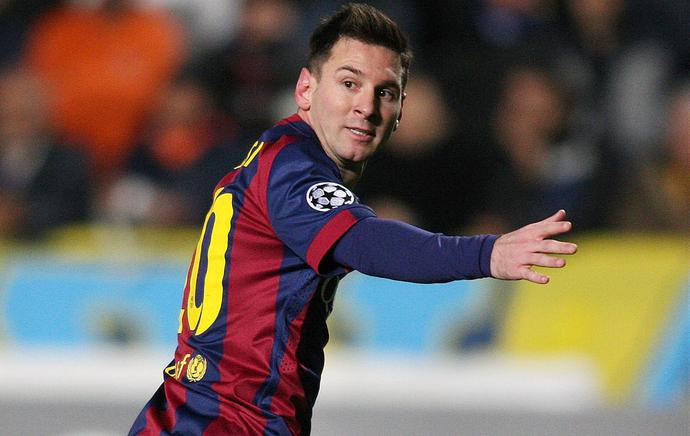 Lionel Messi corre para o abraço após marcar o seu terceiro gol (Foto: AFP)