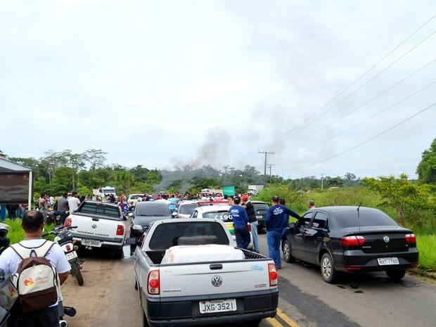 Bloqueio de rodovia deixou o trânsito parado  (Foto: Vanísia Nery/G1)