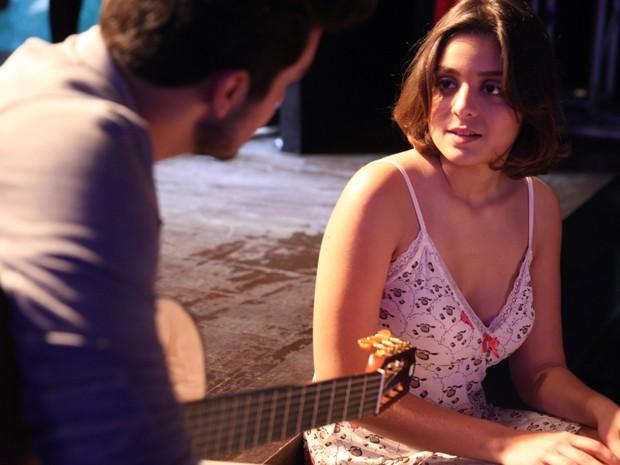 Mari está igualzinha a uma fã que sobe ao palco com Luan (Foto: Pedros Cury / TV Globo)