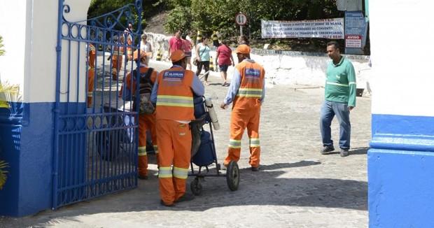 Equipe realiza limpeza da Prainha, em Vila Velha, no Espírito Santo (Foto: Marcos Júnior/ Prefeitura de Vila Velha)