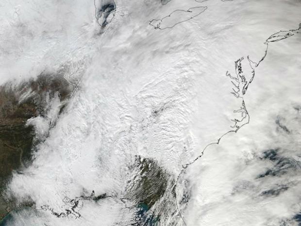 Imagem feita pelo satélite Suomi NPP, da Nasa, foi tirada nesta sexta-feira, quando uma cobertura branca era vista ao longo de toda a costa leste dos Estados Unidos (Foto: NASA/NOAA/Goddard Rapid Response Team)