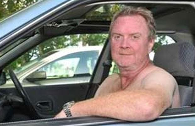 Em 2010, o britânico Russell Stuart evitou o roubo de seu carro após sair nu e assustar um ladrão em Dymchurch, no Reino Unido. (Foto: Reprodução)