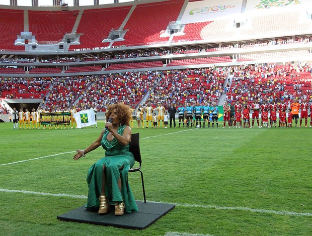 Elza soares canta antes do início da final entre Brasiliense e Brasília estádio mané garrincha (Foto: Francisco Stuckert / Futura Press)
